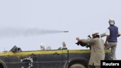 Бойцы сил Национального переходного совета Ливии в районе аэропорта Сирта