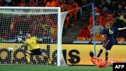 Испанец Андрес Иньеста забивает победный гол в ворота команды Голландии в финале чемпионата мира 2010 г.
