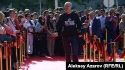 По красной дорожке проходит режиссер Сергей Снежкин. Алматы, 27 апреля 2016 года.