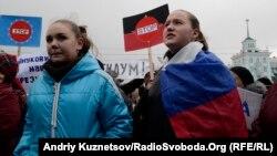 Пророссийски настроенная молодежь на митинге в Луганске, 2014