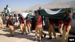 Полицајци носат ковчези со телата на нивните загинати колеги при нападот на полициската академија во Куета.