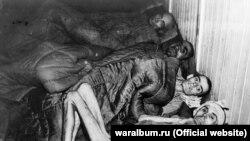 Четверо виснажених в'язнів концтабору «Аушвіц» після звільнення