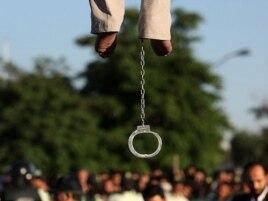 Иранда әйел зорлағаны үшін дарға асылған адам. 26 мамыр 2011 жыл. (Көрнекі сурет)