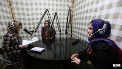 کارمندان یک رادیوی محلی در افغانستان