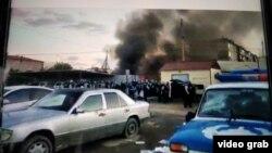Полицейские у отделения милиции во время беспорядков, вызванных похищением и изнасилованием пятилетней девочки. Сатпаев, Карагандинская область, 24 июля 2020 года.