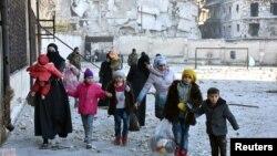 Алеппоның шығыс аудандарын тастап кетіп жатқан тұрғындар. Сирия, 7 желтоқсан 2016 жыл.
