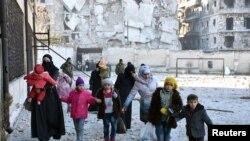 غیر نظامیان در حال ترک شرق حلب هستند.