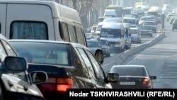 Машин с каждым днем в столице становится больше, а места для передвижения, соответственно, меньше. Ежедневно по Тбилиси передвигается полмиллиона машин