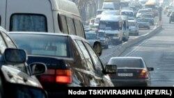 По неофициальным данным, по дорогам Грузии передвигается от 150 до 200 тысяч низкобюджетных праворульных автомобилей, завезенных в основном из Японии. Так что вопрос весьма актуален и касается многих