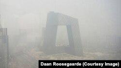 Смог в пекинском квартале, где расположено здание телекомпании CCTV.