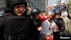 Затримання учасника акції проти Володимира Путіна під гаслом «Він нам не цар», Москва, 5 травня 2018 року