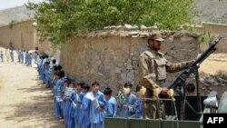 Војници патролираат во областа Моманд