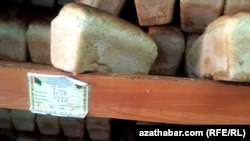 Прилавок с хлебом в продуктовом магазине Туркменистана. Архивное фото.