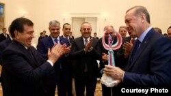 Өзбекстан презмденті Шавкат Мирзияев (сол жақта) пен Түркия президенті Режеп Ердоған.