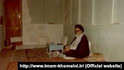 روحالله خمینی در زمان نامه بختیار در سال ۵۶، یک روحانی منتقد بود که در نجف در تبعید به سر میبرد.