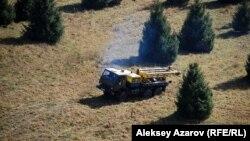 Көкжайлауда жүрген жылжымалы бұрғылау қондырғысы. Алматы, 9 қазан 2013 жыл.