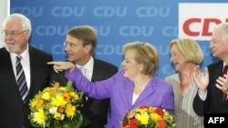 Канцлер Німеччини Анґела Меркель (у центрі) разом з іншими керівниками Християнсько-демократичної партії. 28 вересня 2009 р.