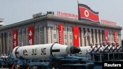 Koreja e Veriut ka treguar kapacitetet ushtarake në një paradë në Phenjan, më 15 prill.