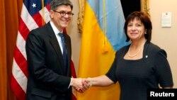 Міністр фінансів США Джейкоб Лью (ліворуч) вітає українську колегу Наталію Яресько перед початком переговорів у Вашингтоні, березень 2015 року