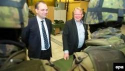 Swedish Defense Minister Peter Hultqvist (left) and his Finish counterpart, Jussi Niinisto (file photo)