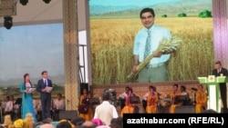 Официальное мероприятие в праздник урожая, Туркменистан (архивное фото)