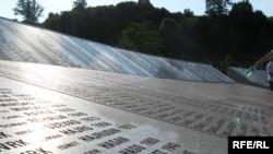 Ploča sa imenima žrtava srebreničkog genocida u Memorijalnom centru Potočari.