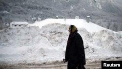 Женщина на фоне сербской горы Ртанж. 20 декабря, 2012 года.