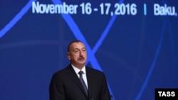Азербејџанскиот претседател Илхам Алијев зборува на Светскиот конгрес на новински агенции во Баку.