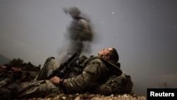 Американски војник се одмара по операција во провинцијата Кунар.