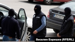 Маскирани агенти на КПКОНПИ по време на акция.