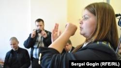 Анна Позднякова в суде показывает, какие травмы ей якобы нанес Сергей Удальцов. Ульяновск, 25 мая 2012 года. Фото Алексея Юхтанова