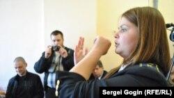 Анна Позднякова демонстрирует в суде поврежденную руку