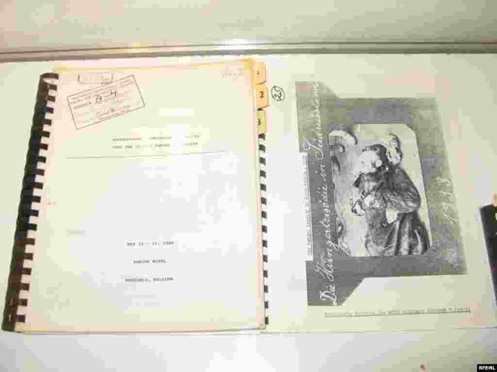 На виставці представлено величезну кількість свідчень та архівних документів про Голодомор 1932-33 рр. - Голодомор, голод, 1933