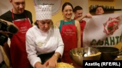 Резедә Хөсәенова Прага татарларына чәкчәк пешерү серләренә өйрәтә