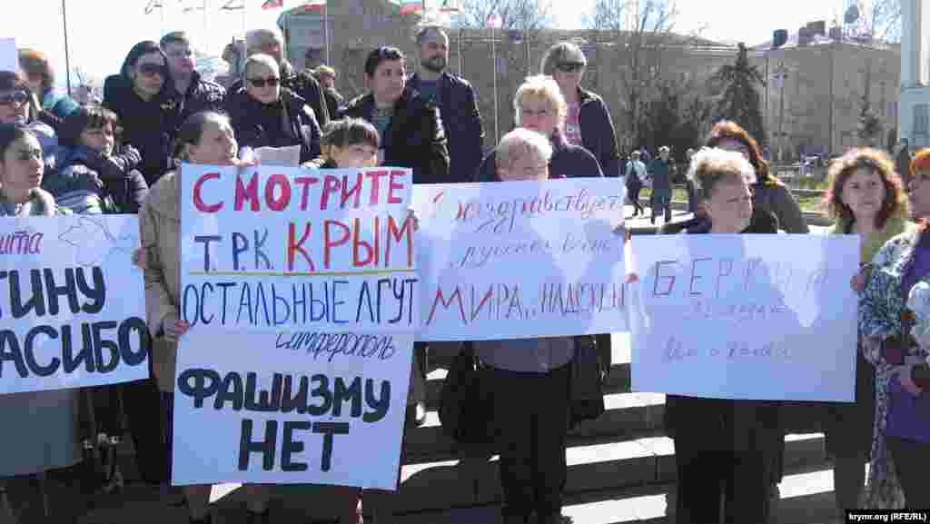 Ці суворі жіночі обличчя запам'яталися багатьом сімферопольцям, бачили їх щодня на площі аж до самого «референдуму». Цих жінок на площі було небагато – не більше 50 осіб. Можливо, їх впізнають і жителі інших регіонів Криму, які приходили на мітинги «російської весни» в своїх містах: тактика виїзних «агітбригад» широко застосовувалася організаторами.