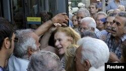Пенсионеры в очереди перед зданием банка на греческом острове Крит. Ираклион, 9 июля 2015 года.