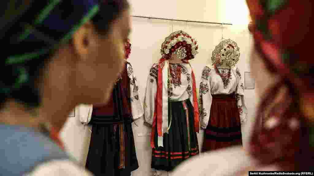 Впродовж вікової історії кожна деталь весільного одягу освячувалась колективною народною традицією. Вона мала служити одній високій меті – захистити подружжя від лихих сил, забезпечити молодим щасливе майбутнє, показати на людях їхню чесність у житті та вправність у роботі, а значить – засвідчити їхню зрілість і готовність до створення власної сім'ї