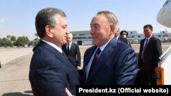 Президенты Узбекистана и Казахстана Шавкат Мирзияев (слева) и Нурсултан Назарбаев. Ташкент, 16 сентября 2017 года.
