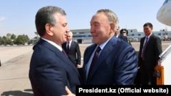 Президент Узбекистана Шавкат Мирзияев встречает президента Казахстана Нурсултана Назарбаева в аэропорту Ташкента, 16 сентября 2017 года.