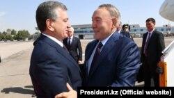 Президент Узбекистана Шавкат Мирзияев (слева) приветствует прибывшего с визитом в Ташкент президента Казахстана Нурсултана Назарбаева. 16 сентября 2017 года.