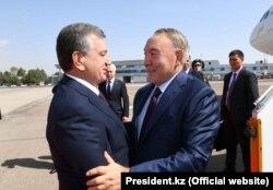 Президент Узбекистана Шавкат Мирзияев и президент Казахстана Нурсултан Назарбаев в аэропорту Ташкента, 16 сентября 2017 года.