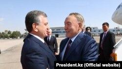Президент Узбекистана Шавкат Мирзияев (слева) приветствует прибывшего с визитом в Ташкент президента Казахстана Нурсултана Назарбаева. 16 сентября 2017 года