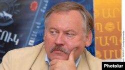 ՌԴ Պետդումայի պատգամավոր Կոնստանտին Զատուլինը լրագրողների հետ հանդիպմանը Երեւանում: 2-ը հուլիսի, 2010թ.