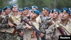 Қазақстан мен АҚШ-тың бірлескен әскери жаттығуы кезіндегі қазақ солдаттар. Алматы, 8 тамыз 2011 жыл