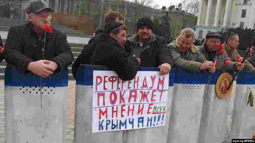 Озвіріло кидаються на журналістів ось такі «прості» мітингувальники, які приходять щодня на площу працювати.