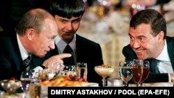Президент Росії Володимир Путін (ліворуч) розмовляє з першим віце-прем'єр-міністром Росії та кандидатом у президенти Дмитром Медведєвим (праворуч). Кремль, 24 грудня 2007 року