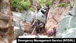 Спасатели при помощи спецтехники подняли сорвавшийся в ущелье грузовик