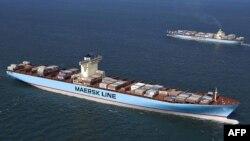 На снимке: крупнейший в мире контейнеровоз Emma Maersk и Мaersk Malacca
