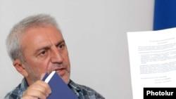ՀՀՇ-ի վարչության նախագահ Արամ Մանուկյանը լրագրողների հետ հանդիպմանը: 21-ը հուլիսի, 2010թ.