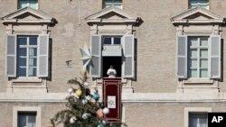 Рим папаси Франциск мессасини собор қаршисида тақрибан 10 минг одам эшитди. 2017, 24 декабрь.